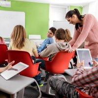 Enseignant aidant à l'usage des tablettes