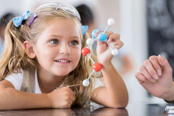 Élève du primaire en classe de sciences