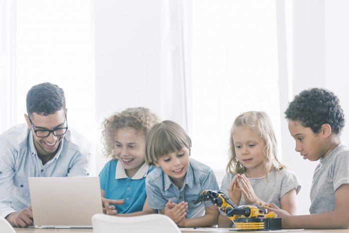 Enfant apprenant le coding